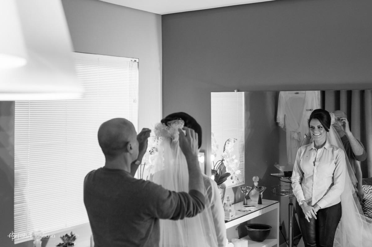 João Costa do Young Hair colocando o véu na noiva Grasi