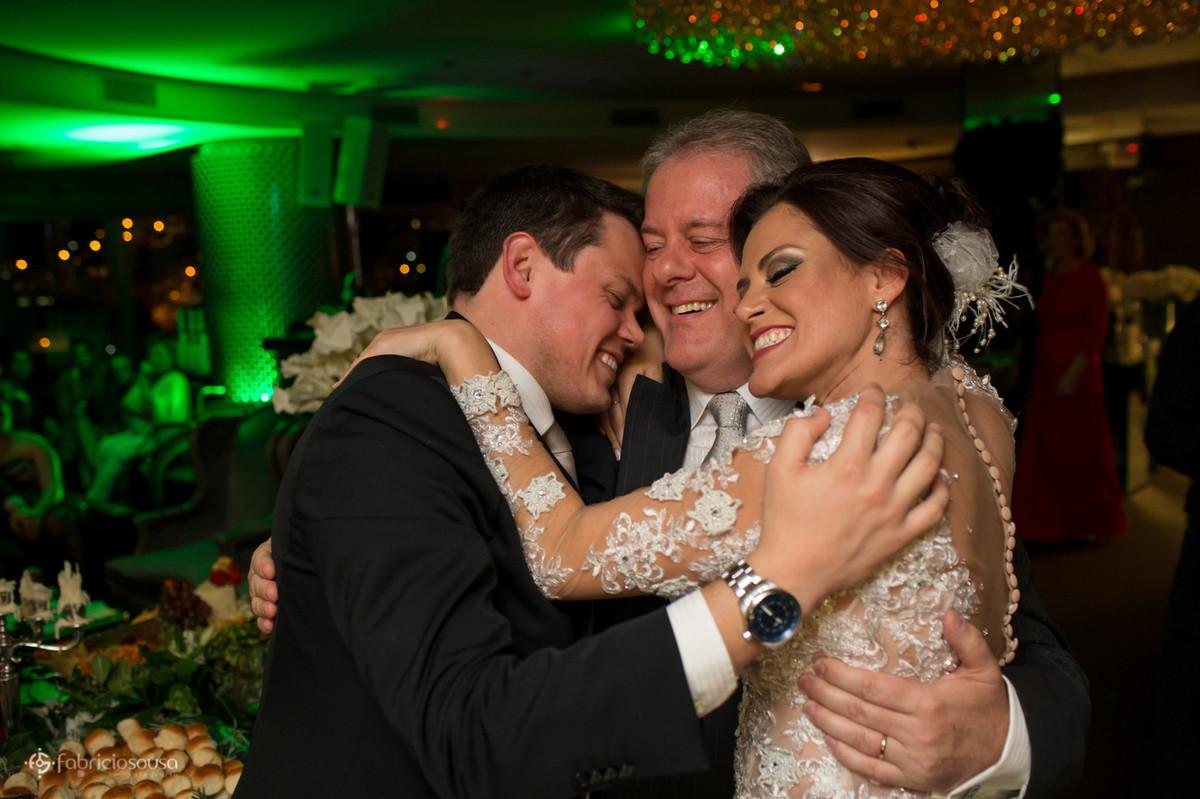 abraço em família no casamento