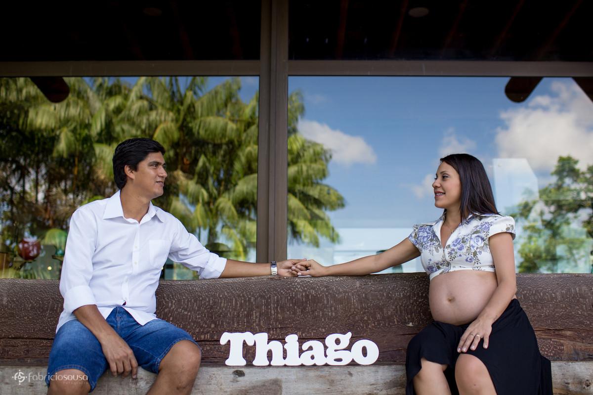 Sentados em banco da praça à espera de Thiago