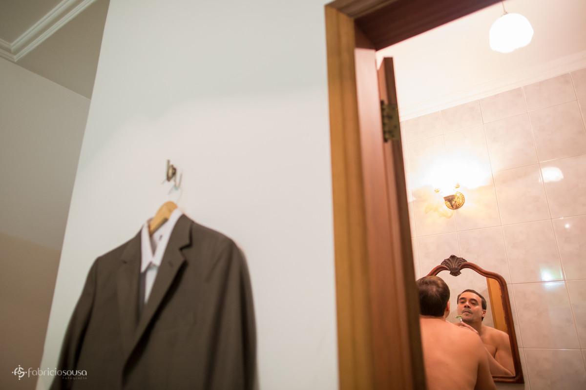 o traje e o noivo se barbeando