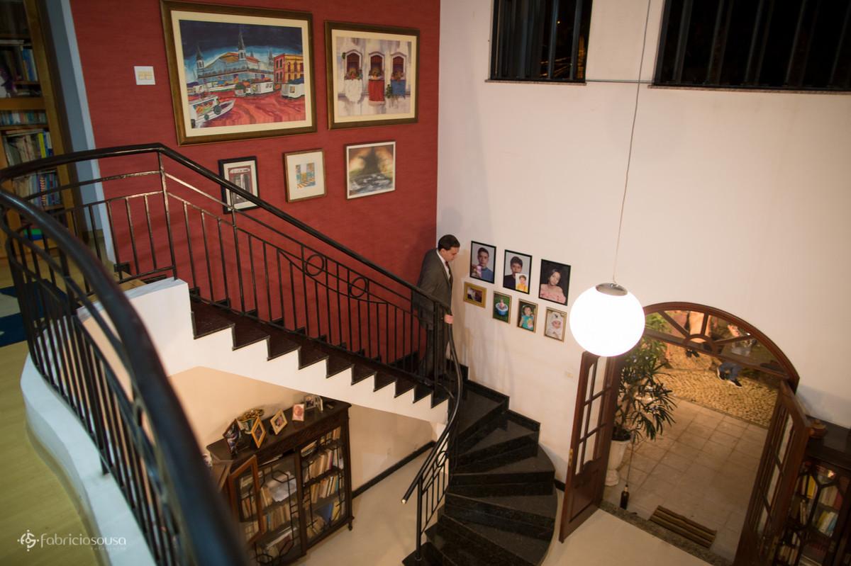 noivo descendo as escadas após se arrumar pro casamento