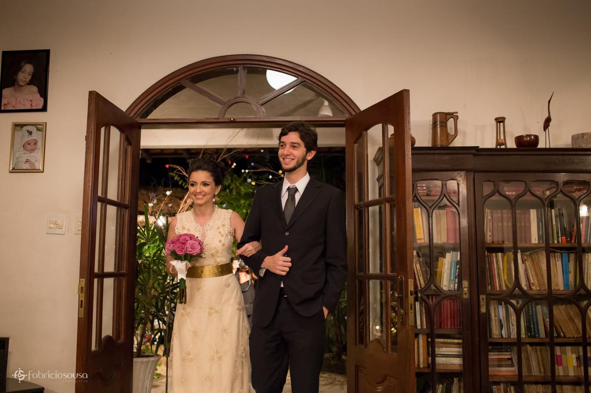 noiva Livia entra com o irmão na cerimônia