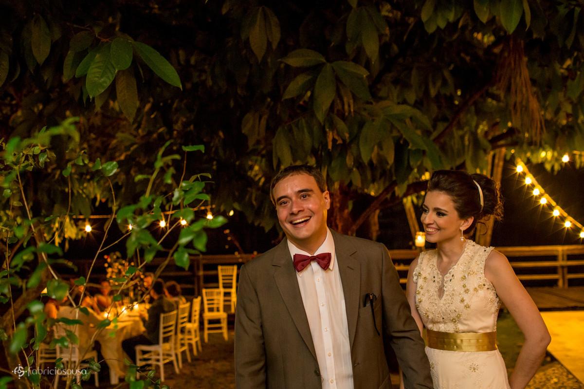 casal de noivos embaixo das árvores no jardim
