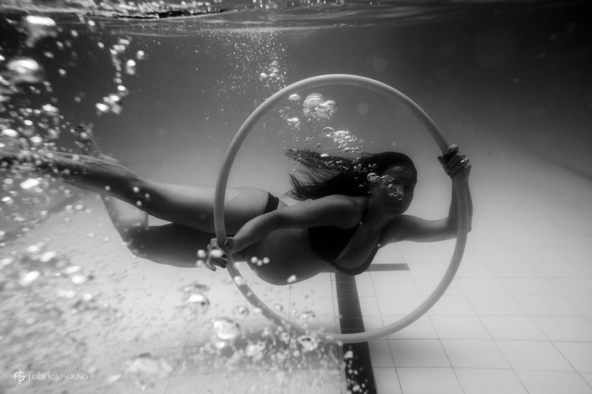 gestante embaixo d'água com bambolê