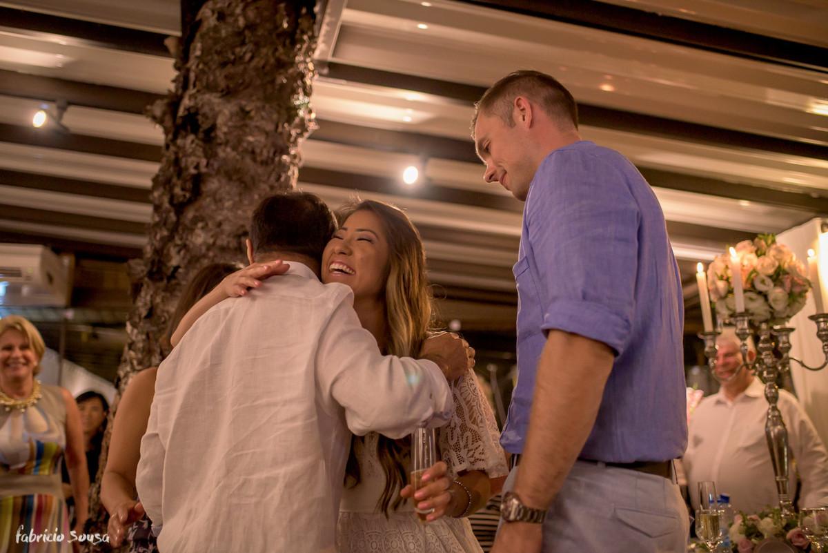 noiva abraça o pai após o discurso