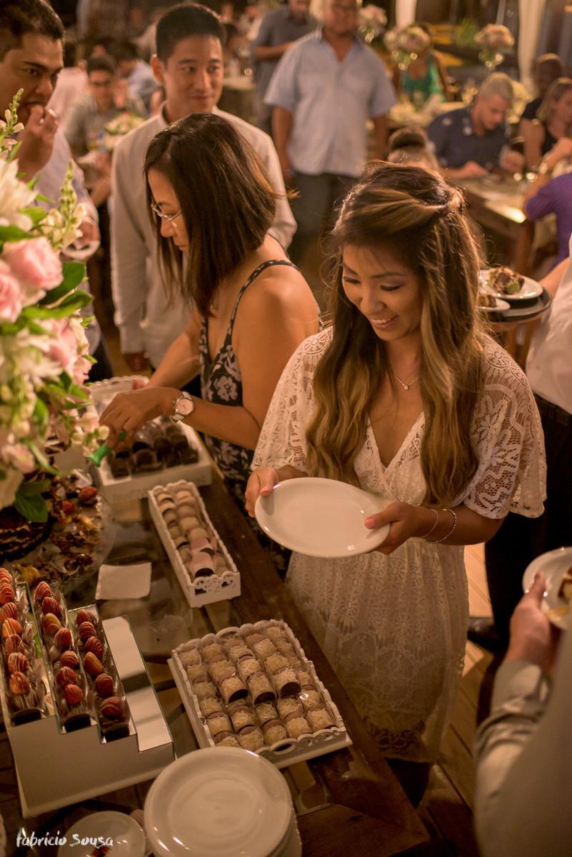 noiva e sua mãe servindo o bolo para os convidados