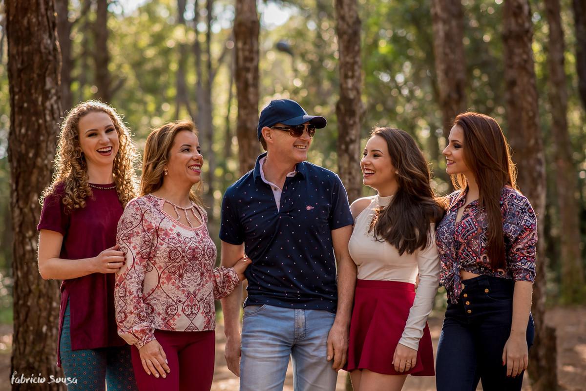 pai entre suas meninas