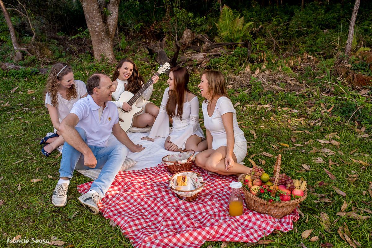 picnic com a caçula tocando violão pra família