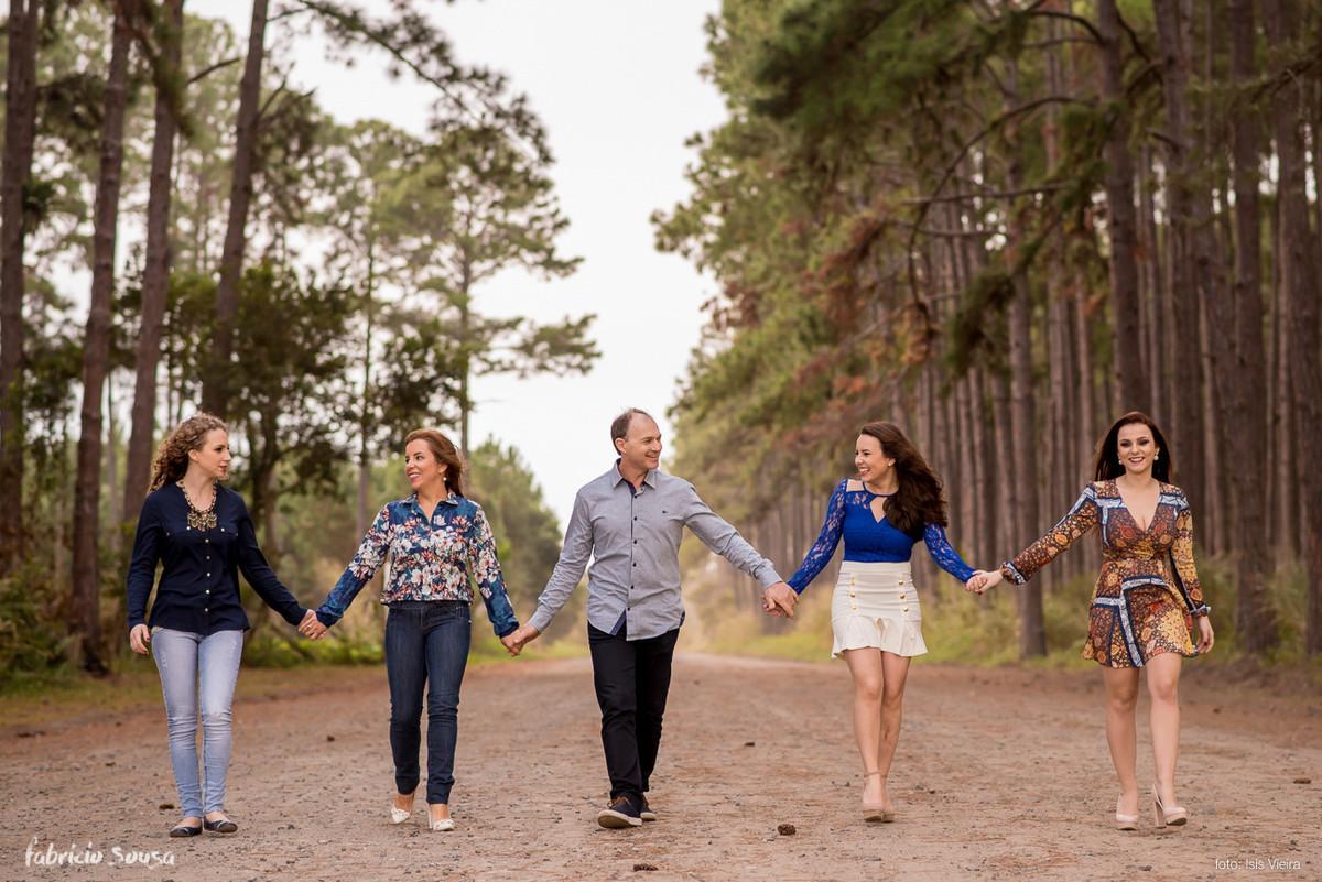 família caminhando juntos de mãos dadas