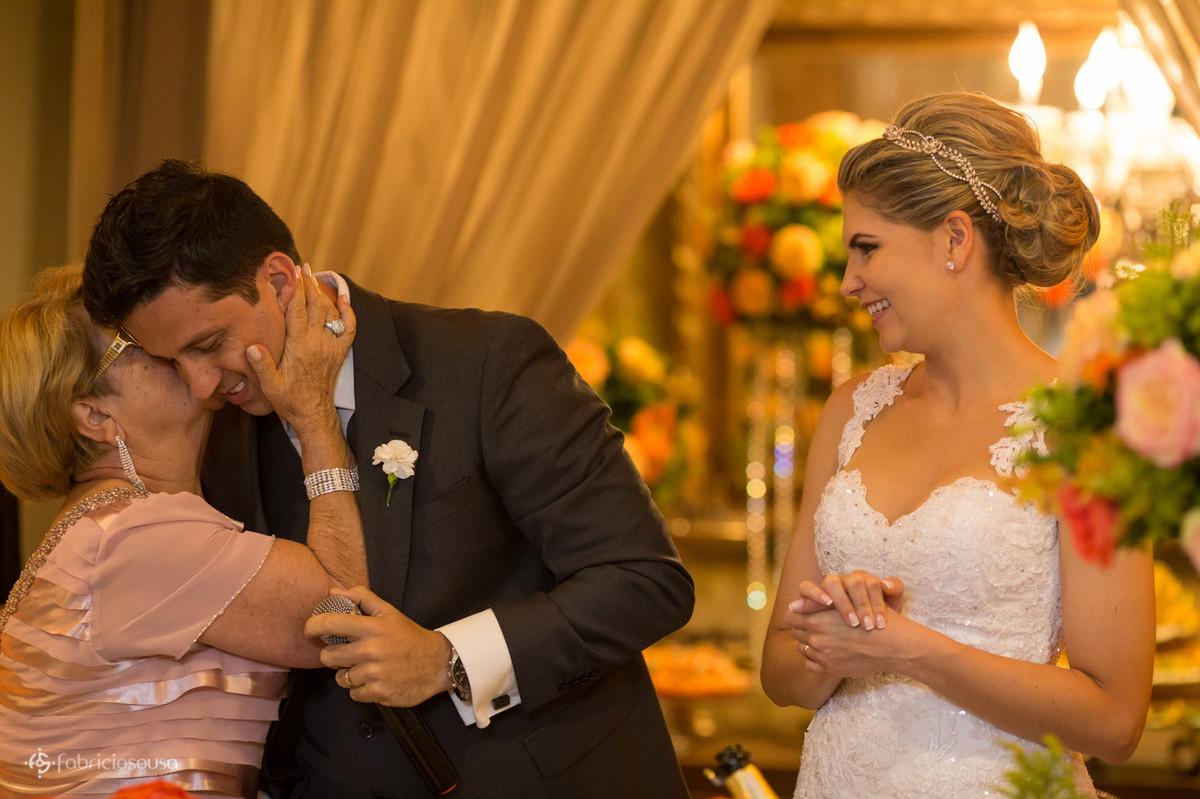 mãe do noivo o beija parabenizando