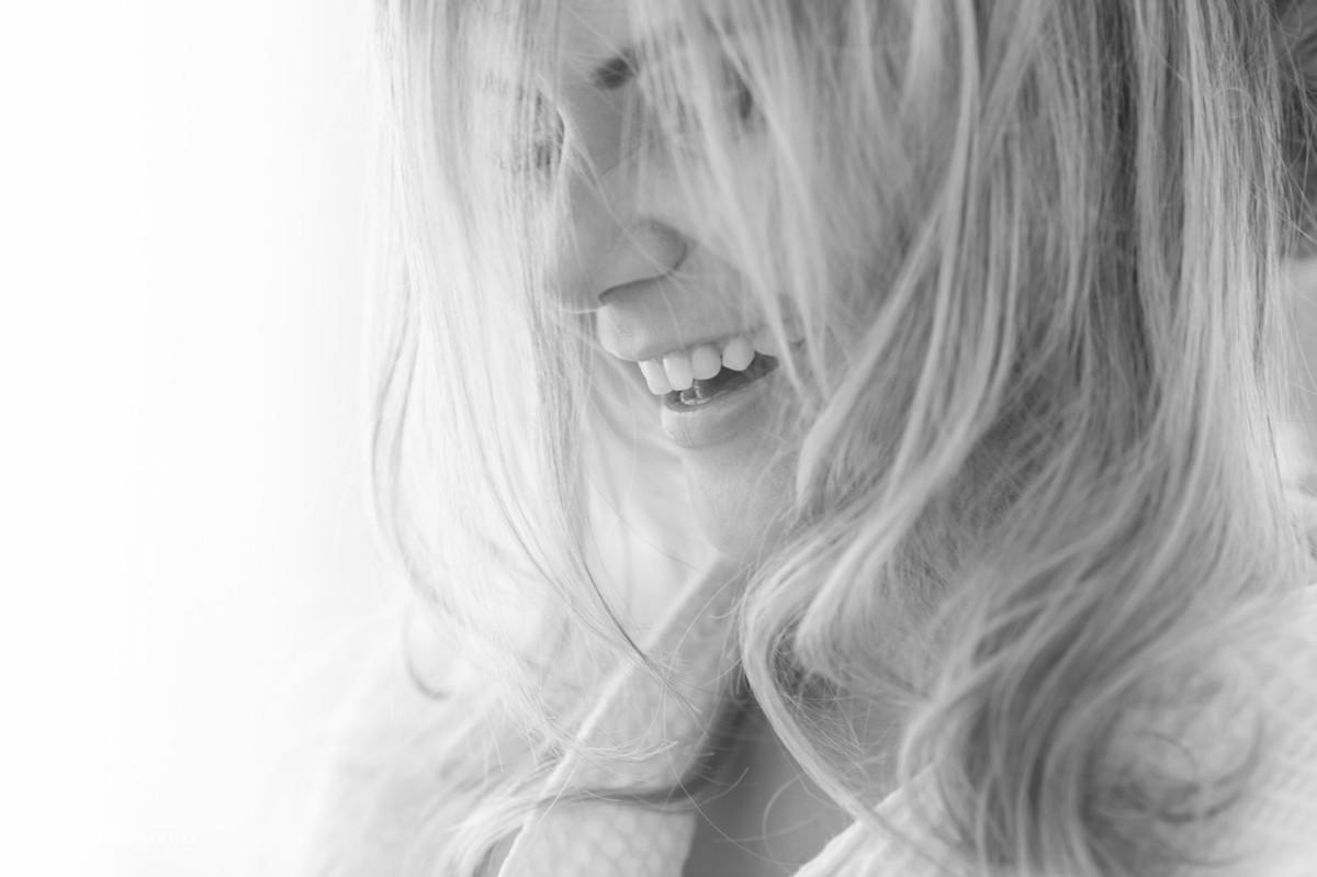 cabelos soltos e sorrido lindo da noiva