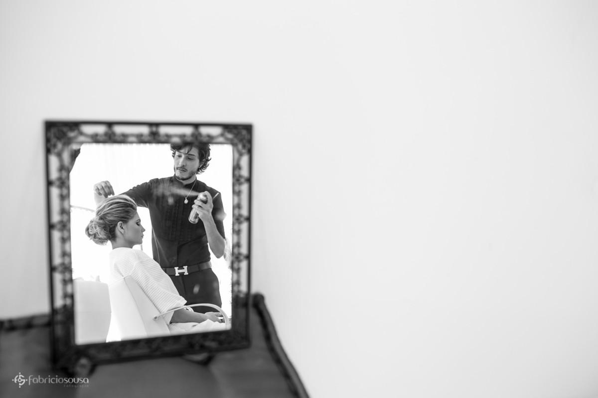 Jean Avila do Salão Léia fazendo o penteado da noiva