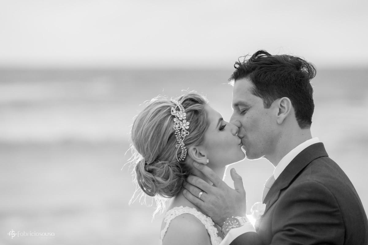 beijo do casal na praia