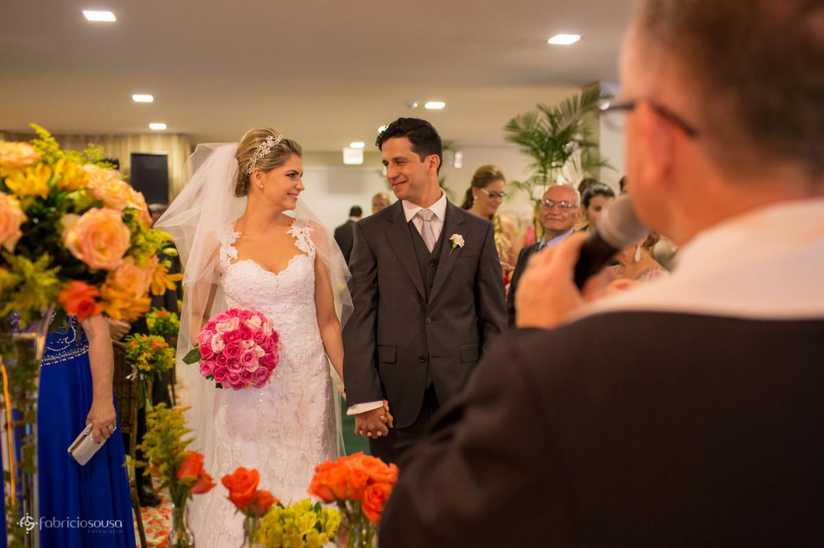 os primeiros olhares dos noivos na cerimonia