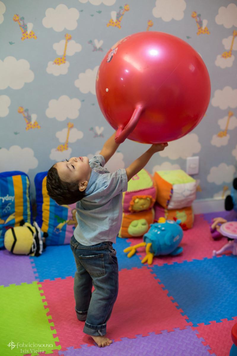 Menino brinca com balão durante a festa