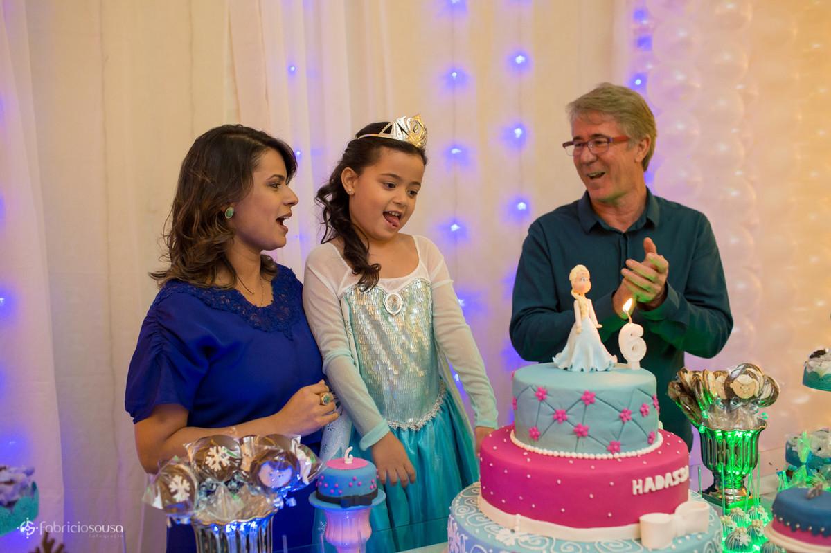 cantando parabéns com bolo Frozen