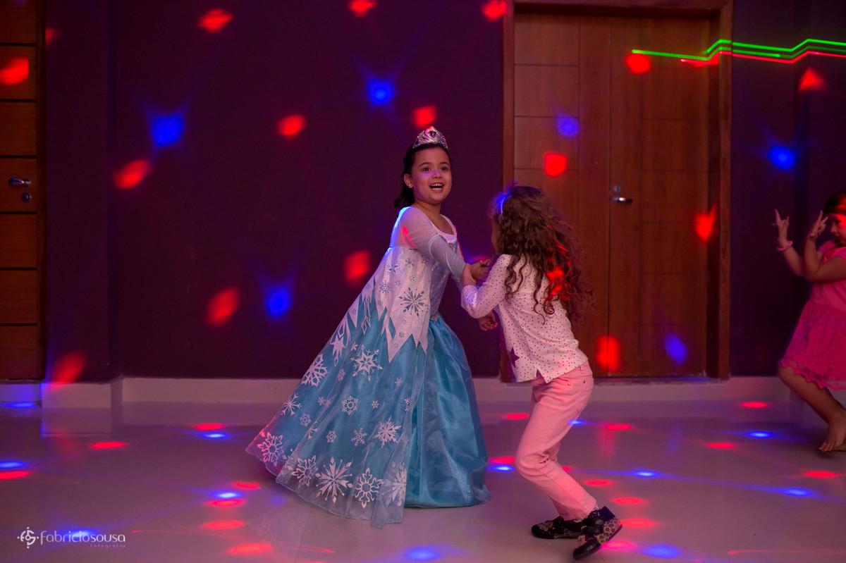 Dassinha dançando com amiga na pista de dança