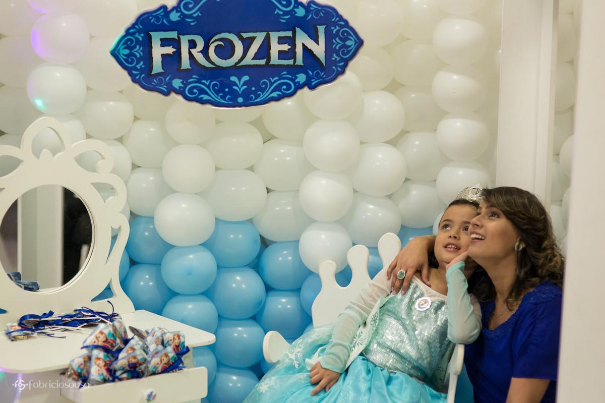 Fabrícia e Dassinha posam em frente ao painel decorativo com tema Frozen