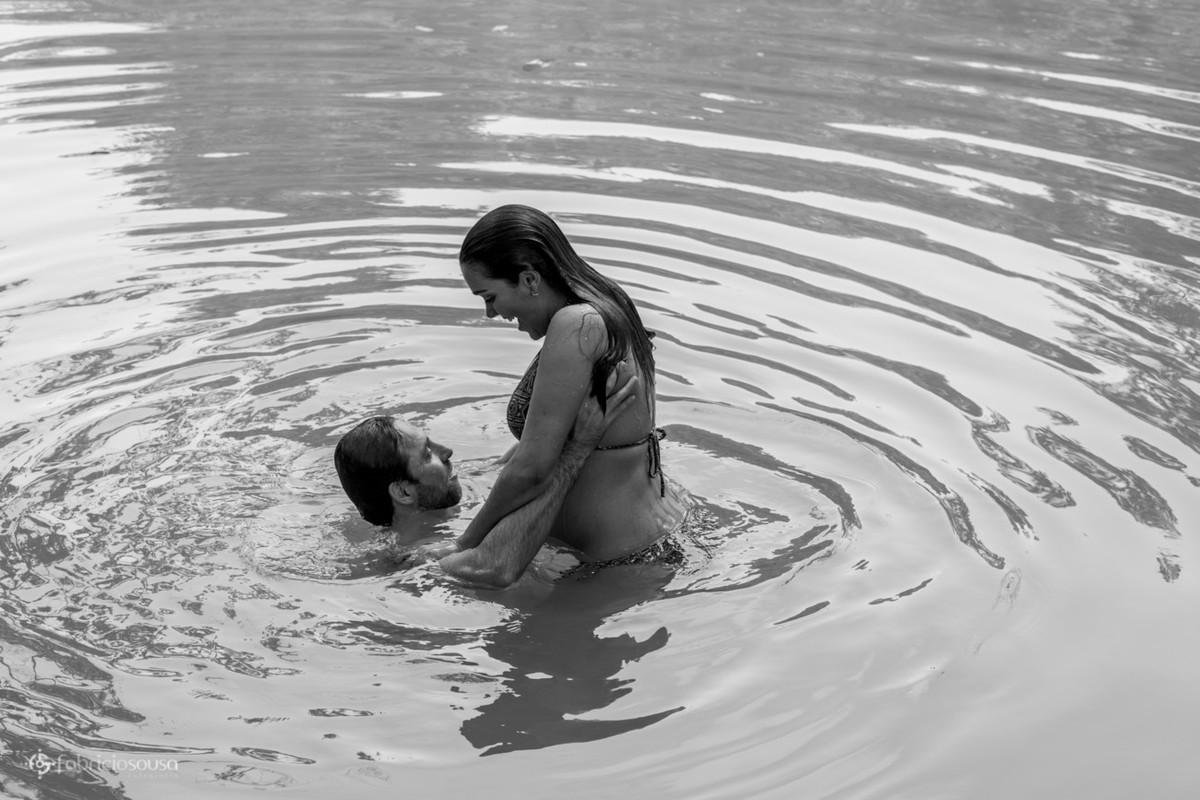 Homem e mulher na água da lagoa black and white