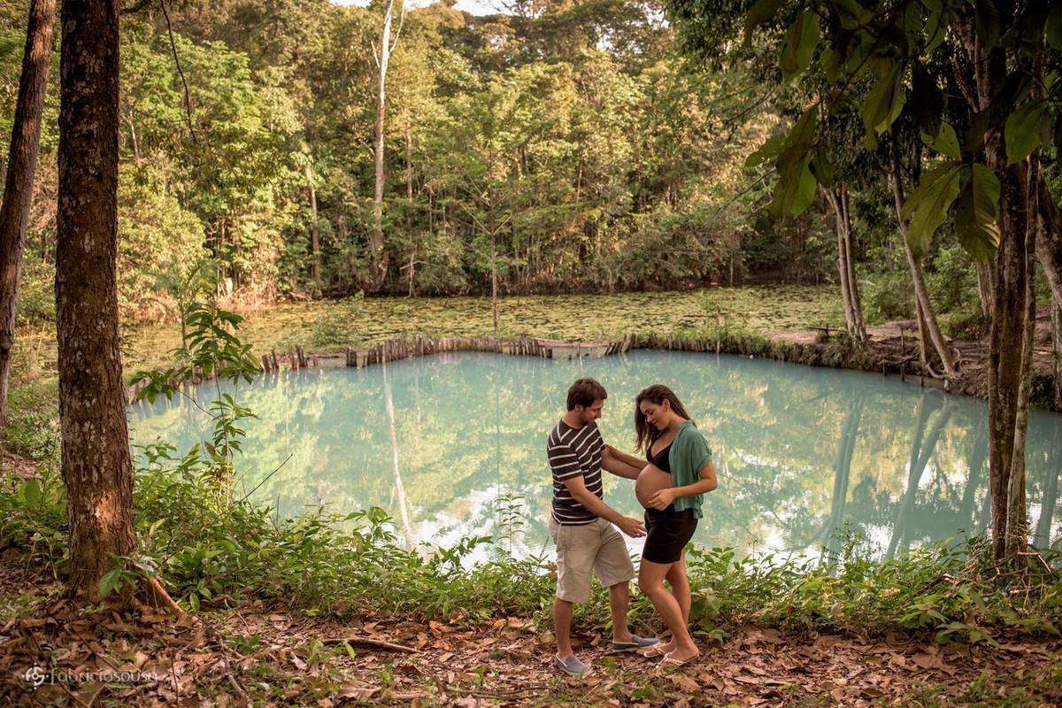 casal gestante em frente à lagoa azul em Santa Izabel do Pará
