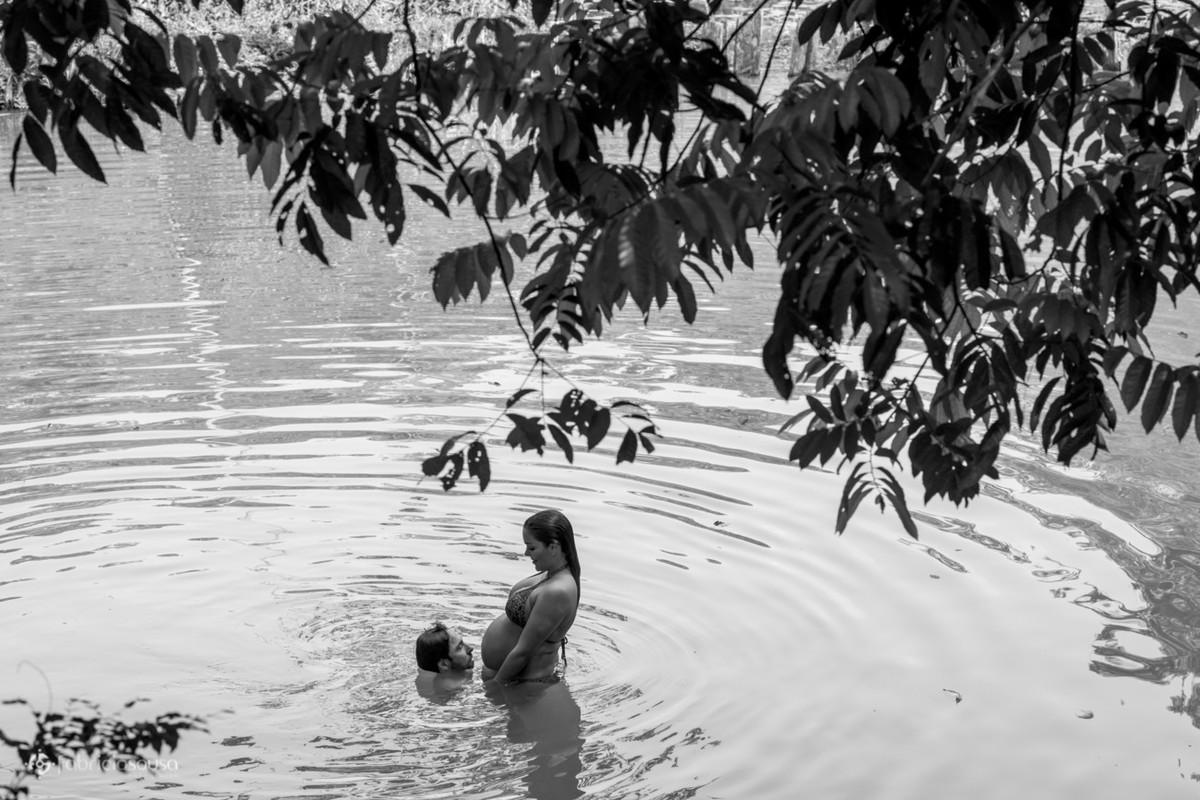 Pai e mãe dentro da água da lagoa preto e branco