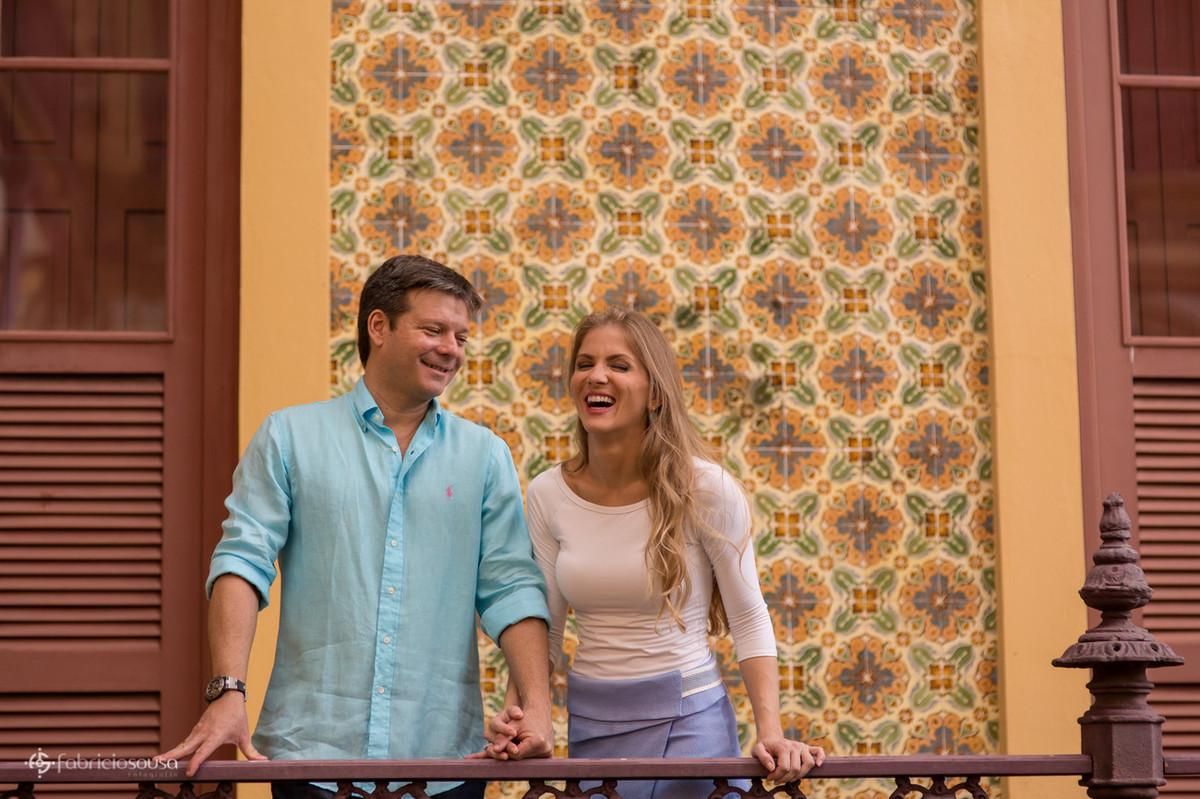 casal sorridente em ensaio pre-wedding no palacete pinho centro historico de belem