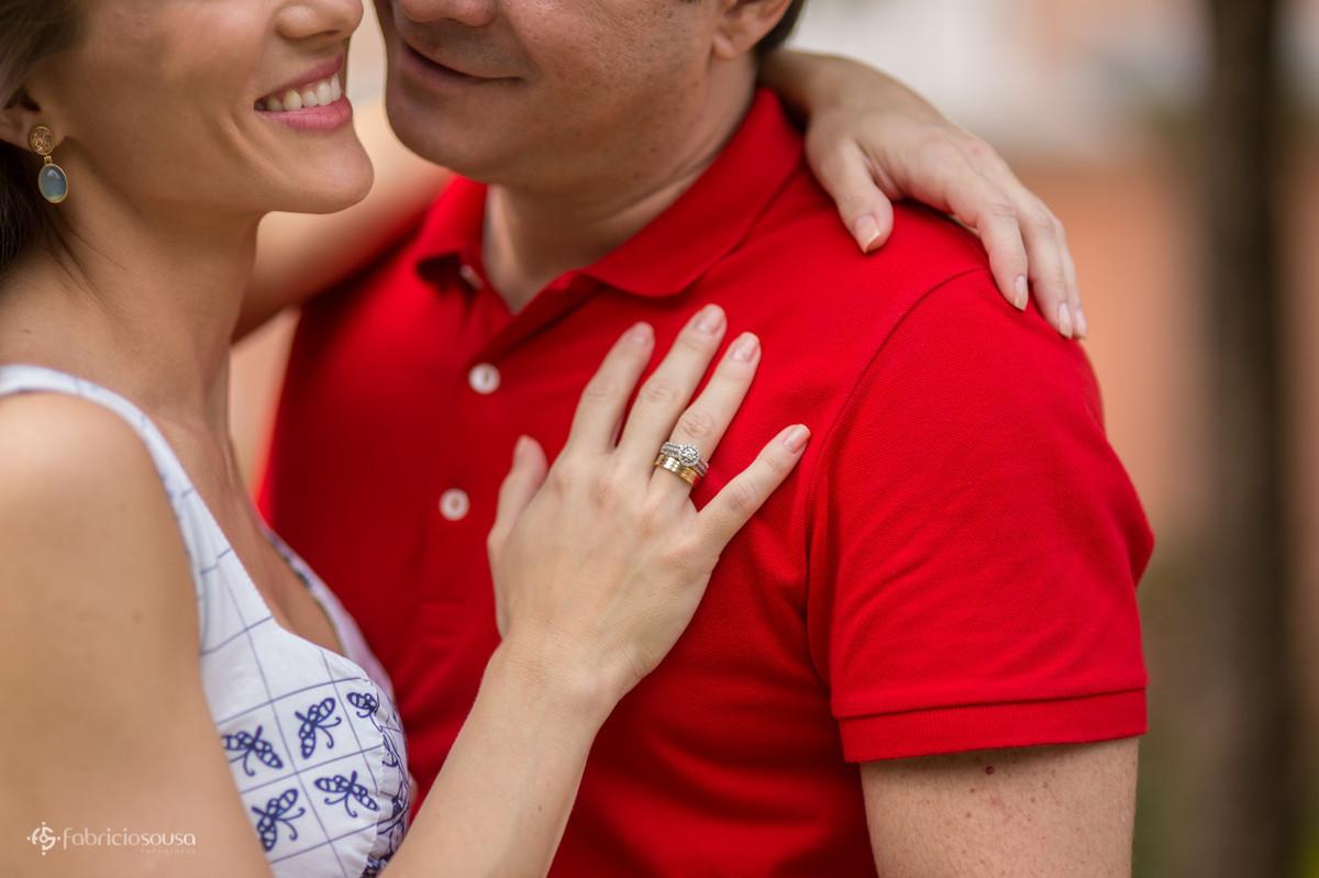 o detalhe da aliança no peito do noivo