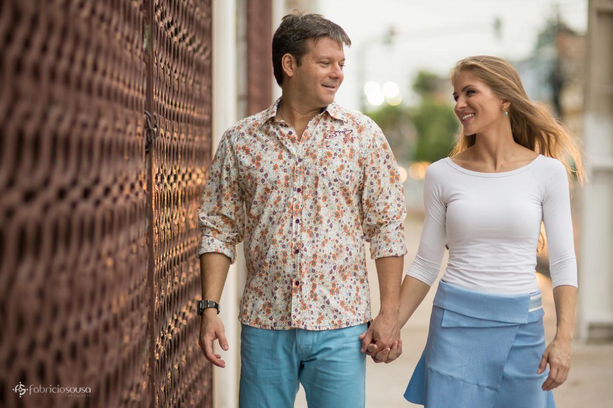 noivo com camisa florida e noiva se olham