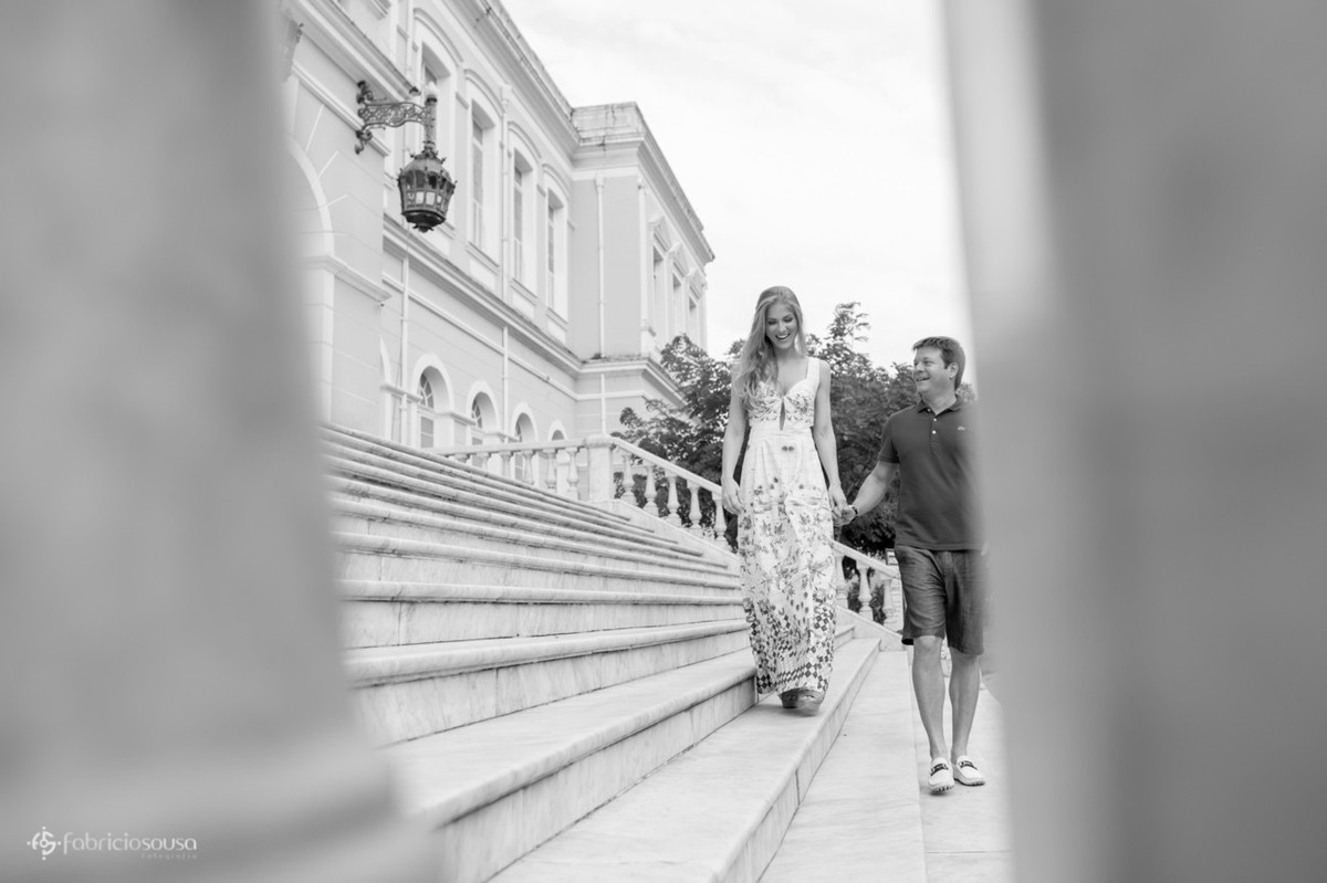 noivos em ensaio fotográfico na escadaria do colégio gentil