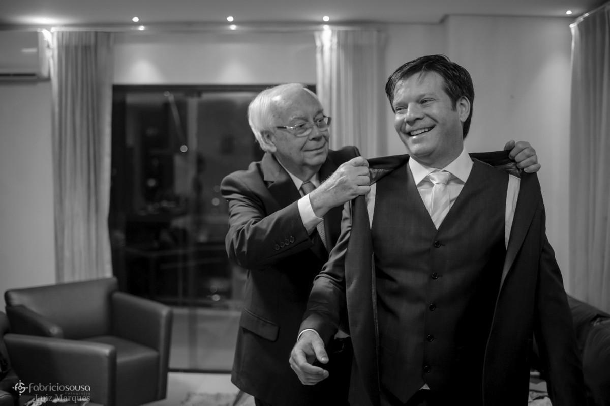 pai Ivo Amaral ajuda noivo Alexandre a colocar o paletó