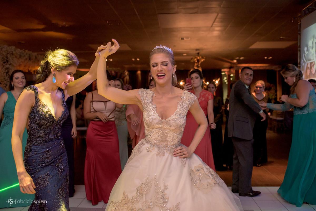 irmã gira a noiva na pista