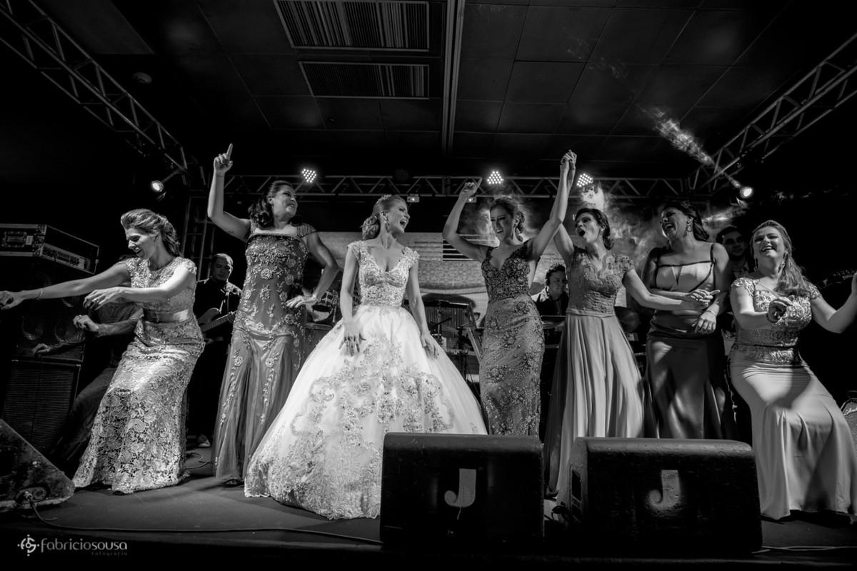 madrinhas e noiva se divertem no palco