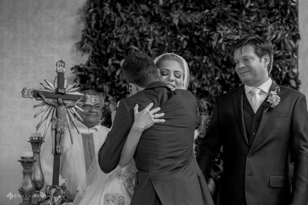 abraço apertado do filho na noiva