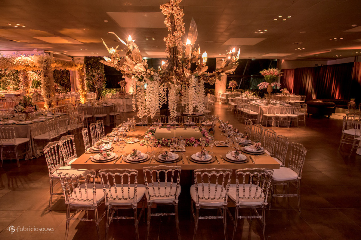 lindo lustre sob a mesa decorada no casamento