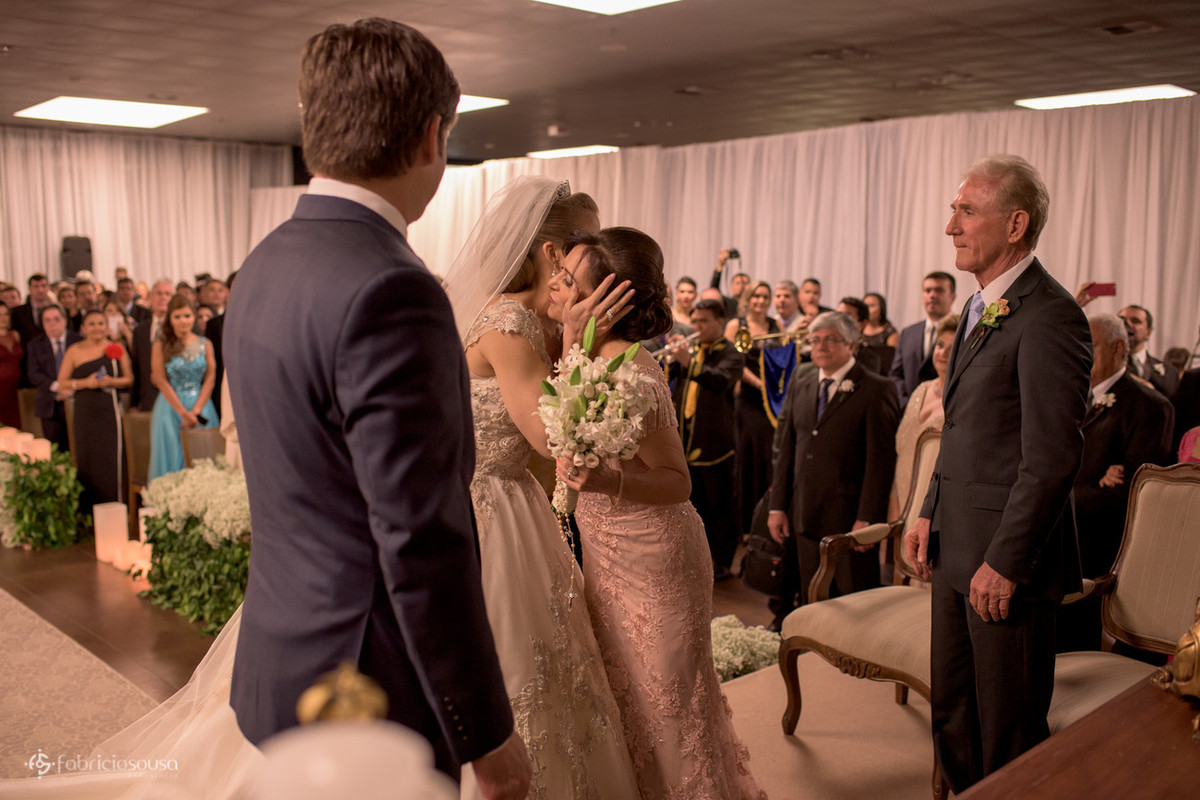 o beijo da noiva na mãe
