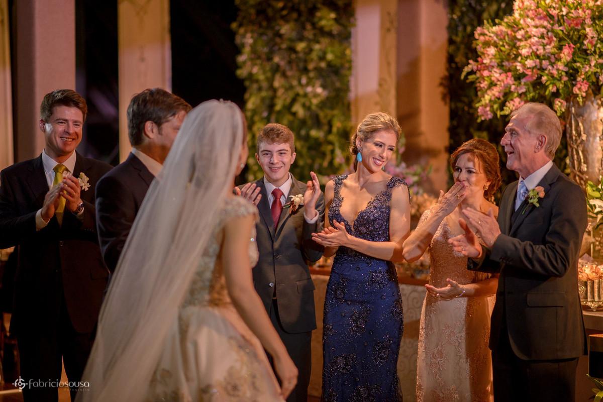 família aplaude os noivos