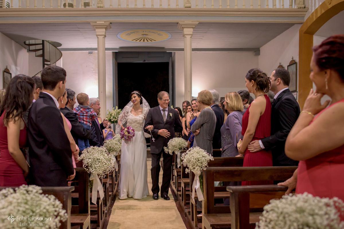 pai e filha adentram a igreja de nossa senhora das necessidades - santo antonio de lisboa