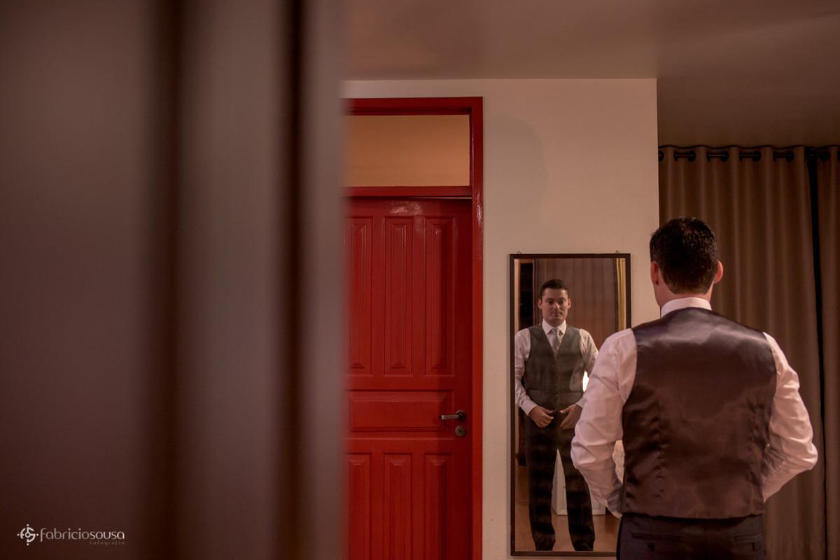 noivo arruma o cinto no espelho - making of no hotel