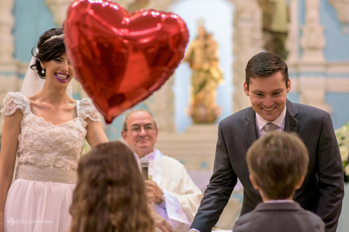 daminha e pajem são recebidos pelos noivos no altar da igreja de Santo Antonio de Lisboa