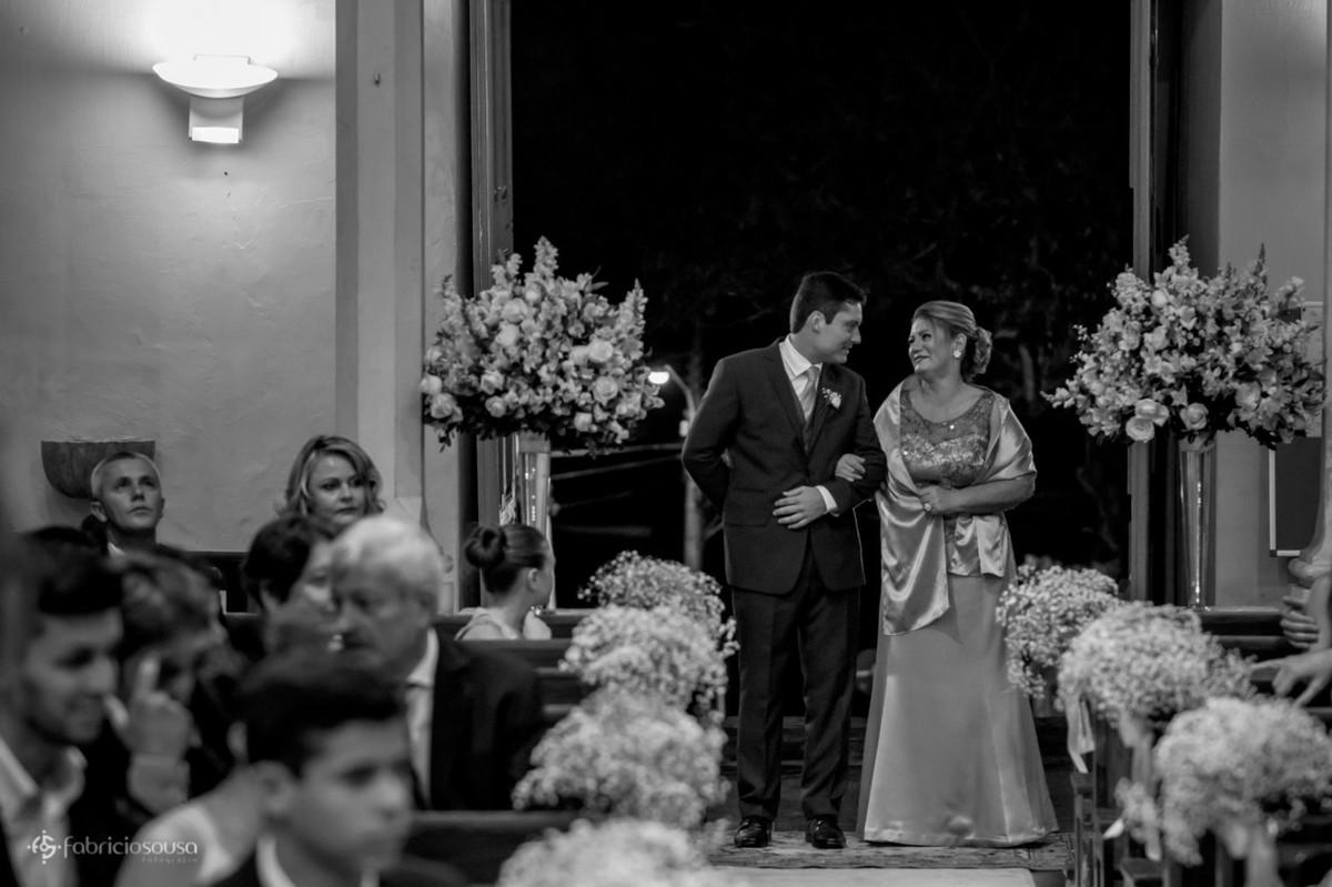 noivo entra com a mãe na igreja