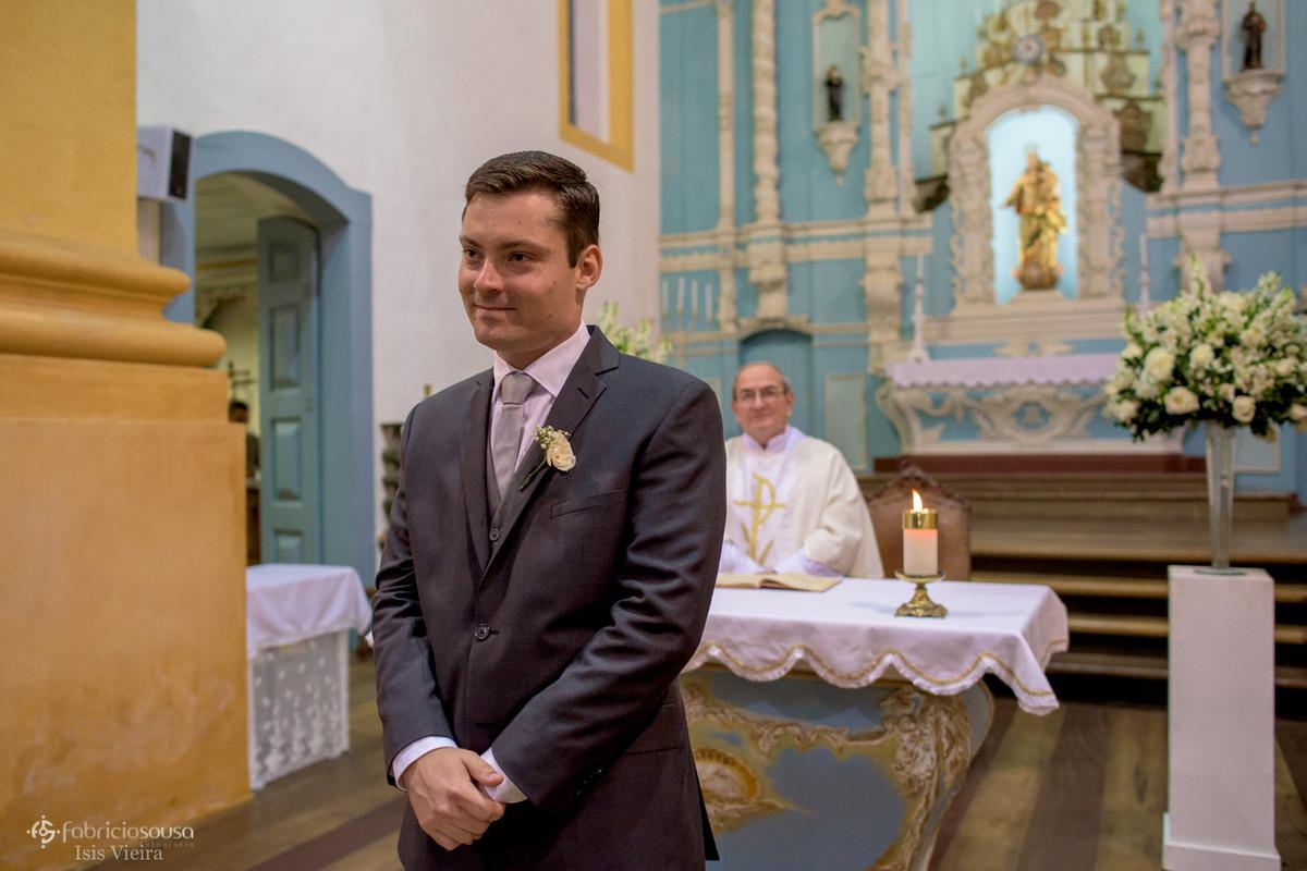 noivo aguarda emocionado no altar