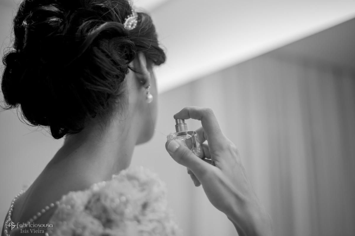 noiva passando perfume no salão de beleza