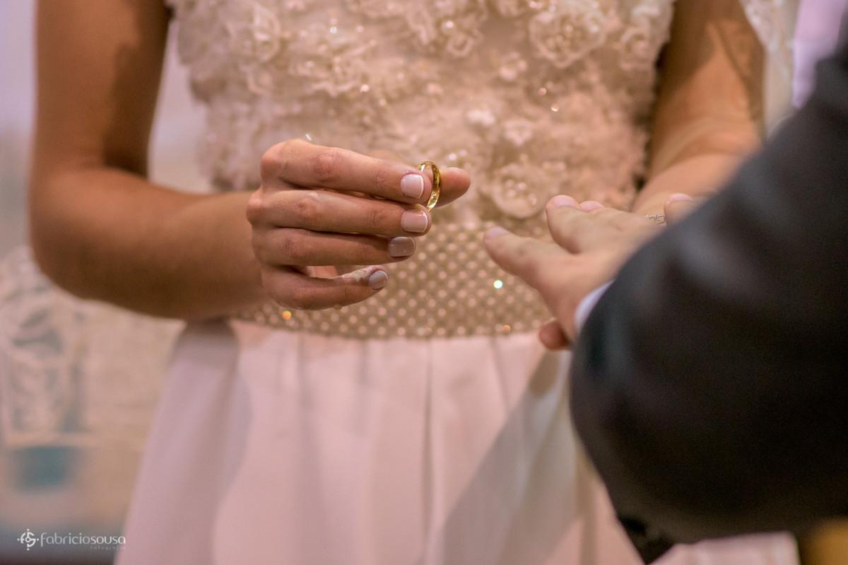 noiva prestes a colocar a aliança do noivo