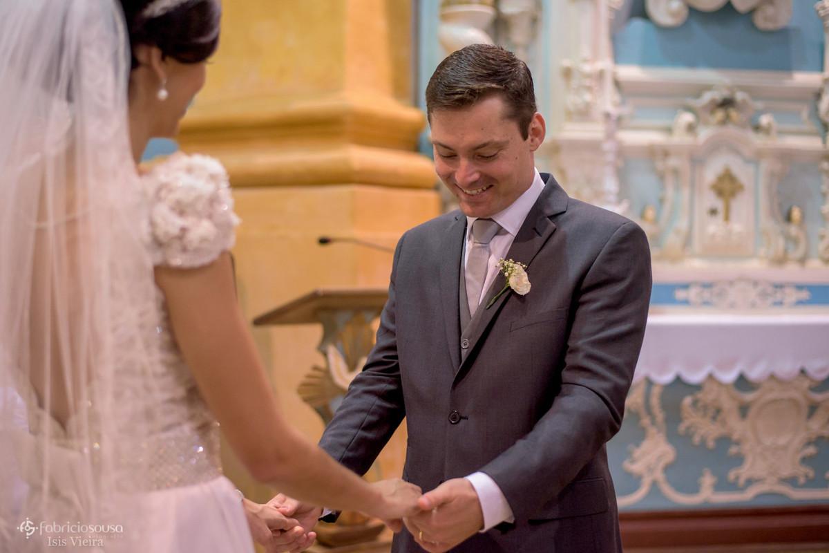 noivo observa as mãos de sua amada noiva