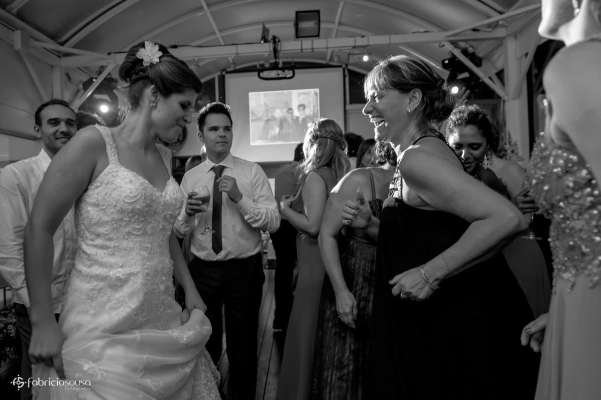 tia animada dançando com a noiva