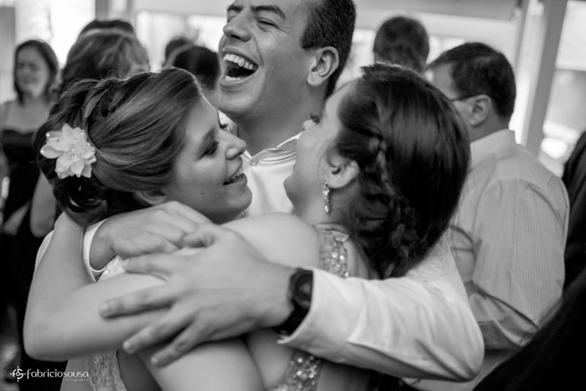 abraço dos irmãos no casamento