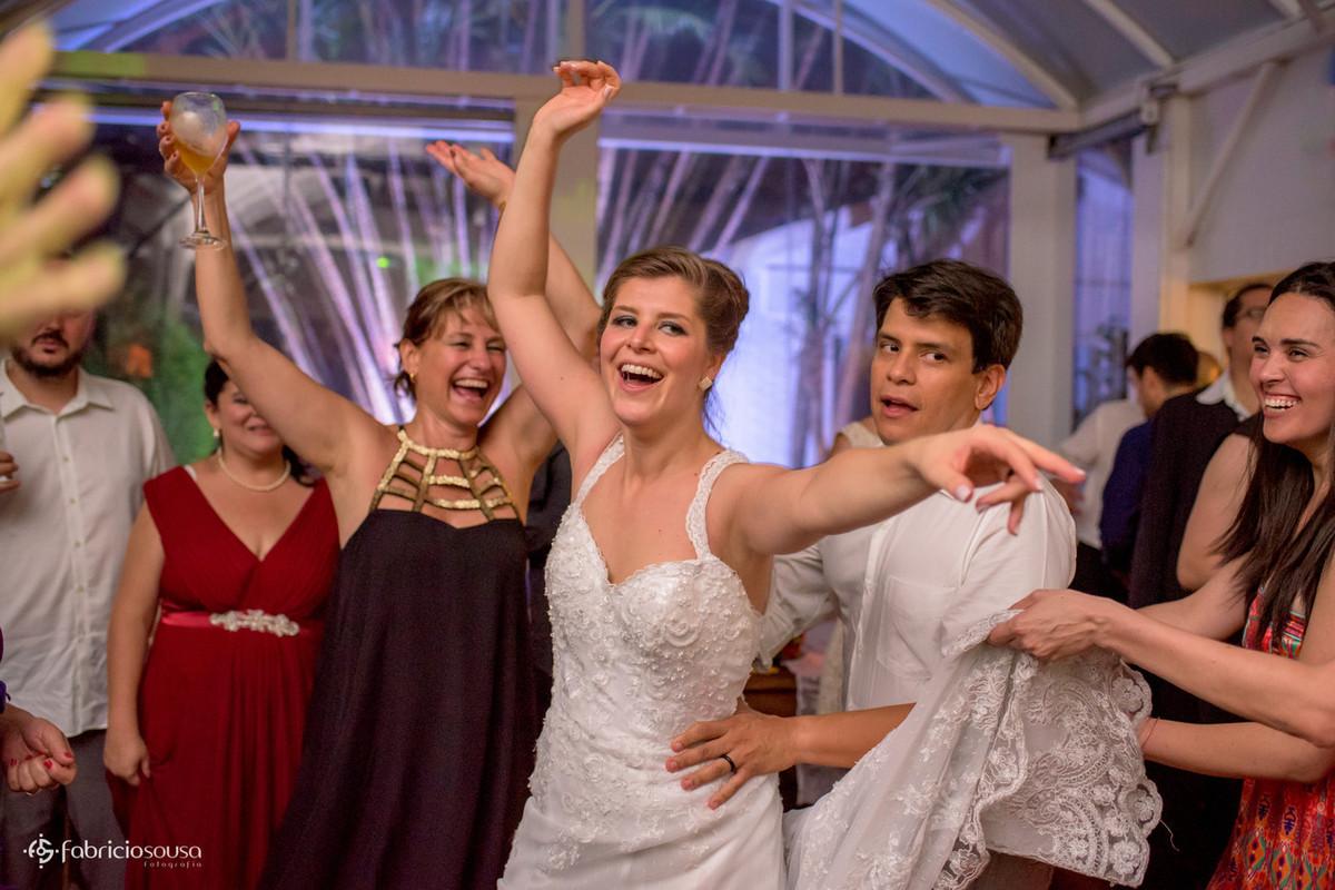 """o """"tradicional"""" trenzinho puxado pela noiva"""