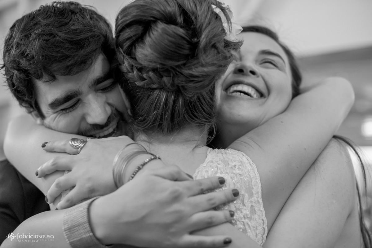 abraço na noiva dos padrinhos de casamento