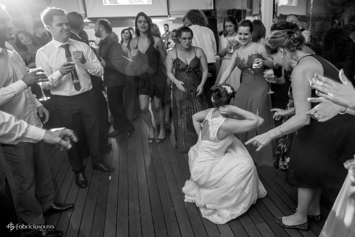 noiva descendo até o chão na sua festa de casamento em Porto Alegre