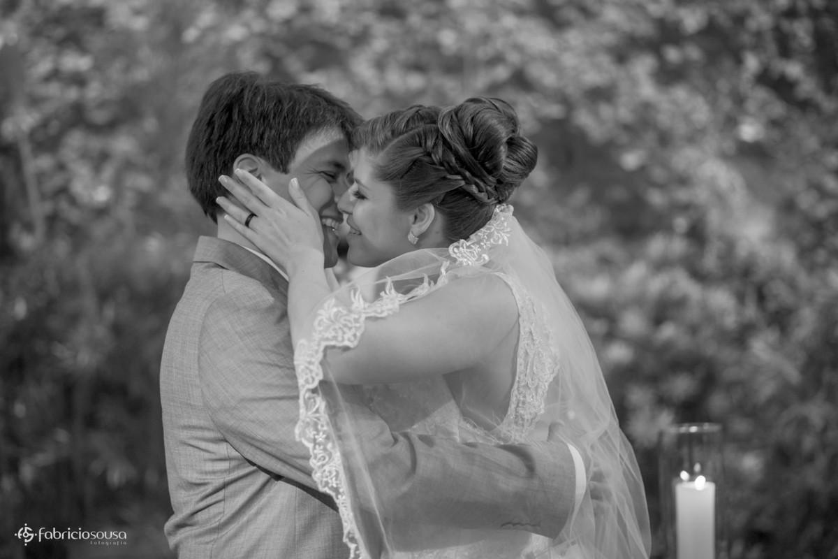 noivos sorrindo e quase se beijando